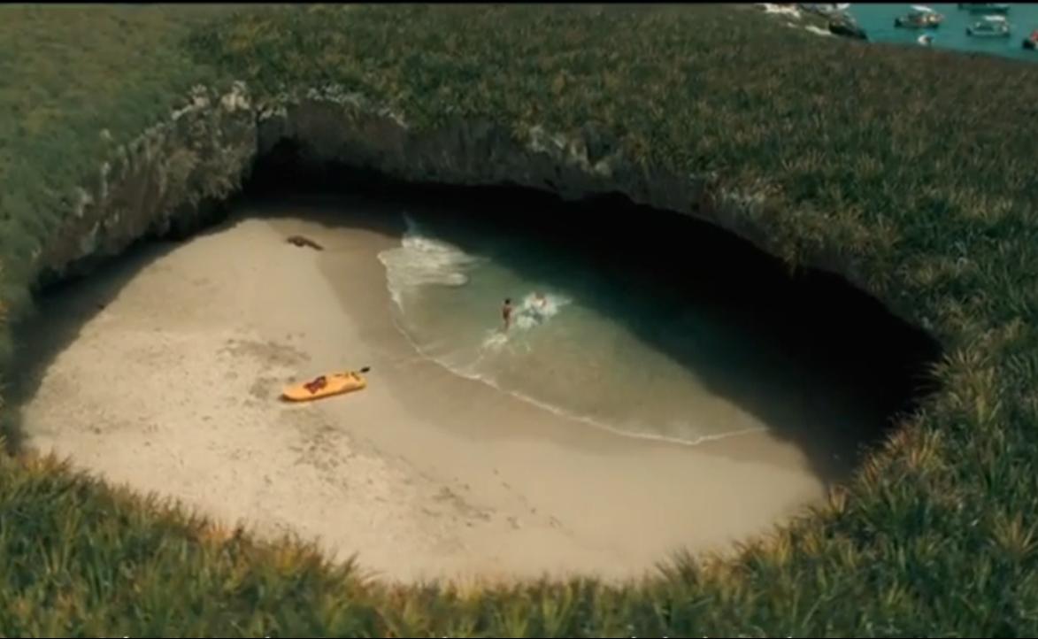 Playa bajo la tierra